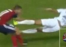 【サッカー】史上最も汚いプレー?フランス人DFメリスが相手選手に両足ジャンピングキックを見舞う! 一発退場に海外震撼「まさに狂気」